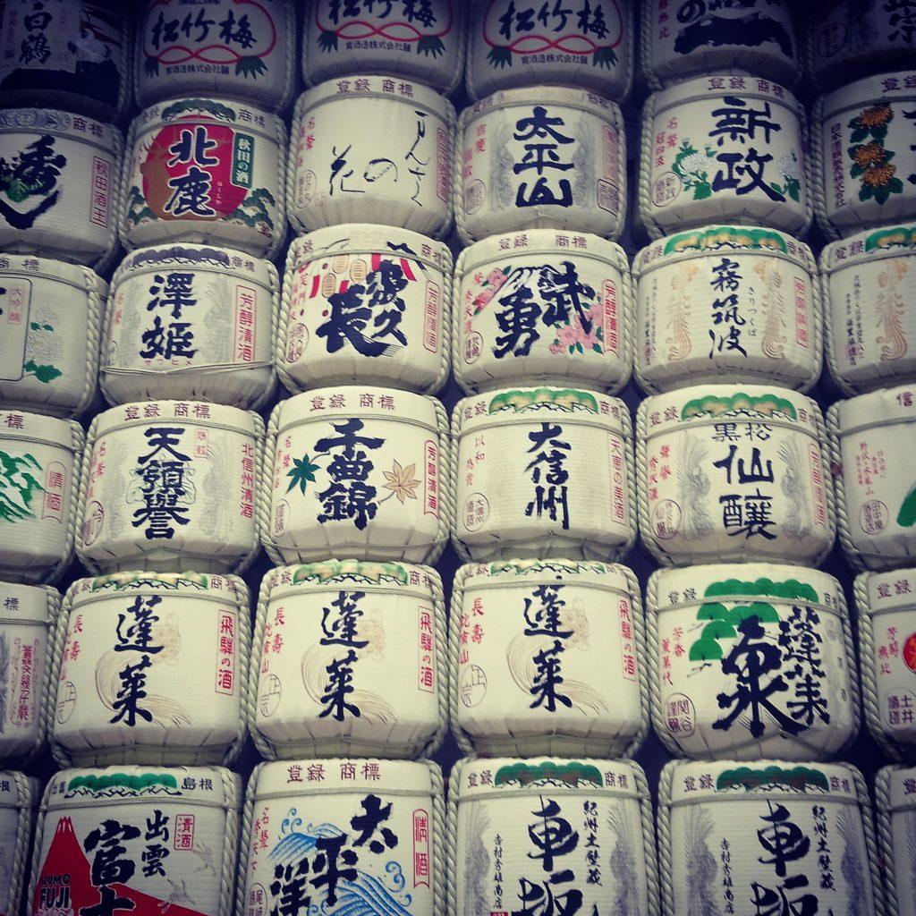 À l'entrée du temple, le visiteur est accueillit par un mur de saké, un alcool japonais. Crédits : @mad_ctravel
