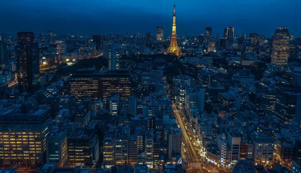 Imposante, la tour de Tokyo reste le symbole de la capitale. Crédits : Walkerssk