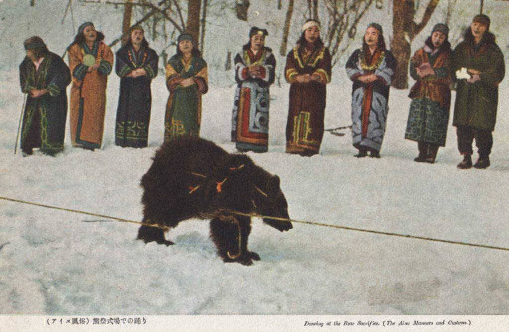 Une communauté lors du sacrifice d'un ours.