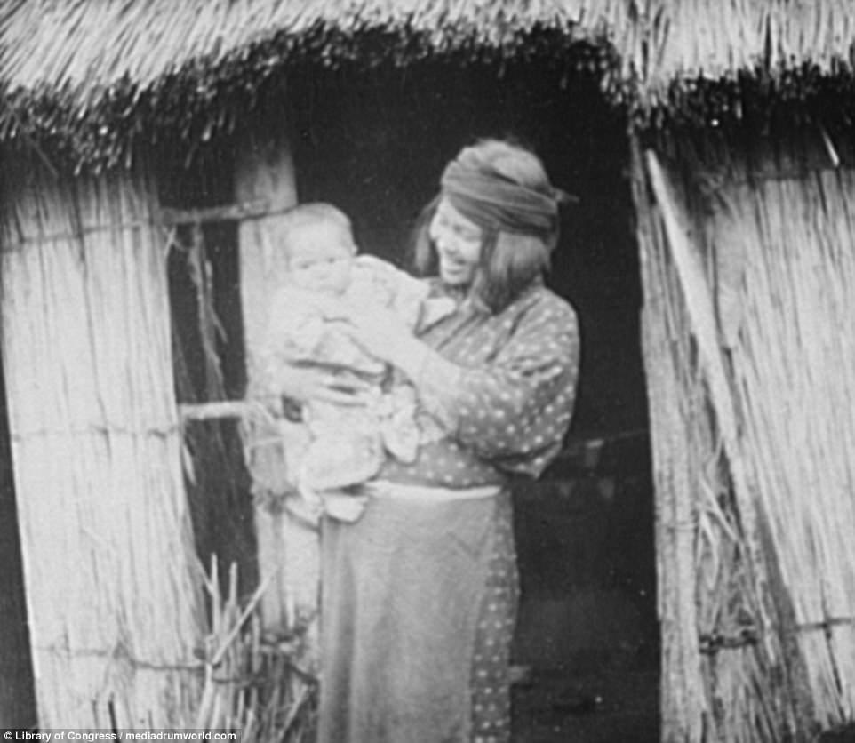 Portrait d'une femme Ainou et de son bébé.