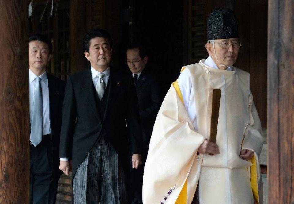 Shinzo Abe en visite au sanctuaire controversé Yasukuni