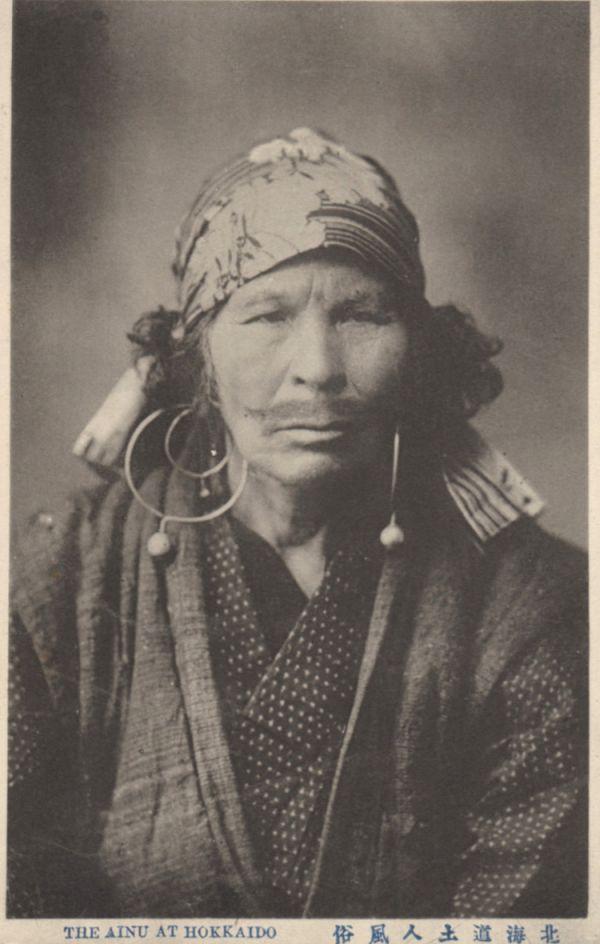Portrait d'une femme Ainou tatouée sur le dessus de la lèvre.