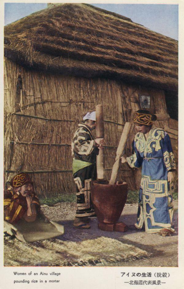 Activité quotidienne devant une maison traditionnelle Ainou.