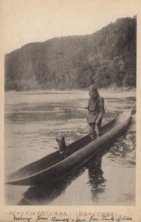 Un homme Ainou pêchant sur la rivière.
