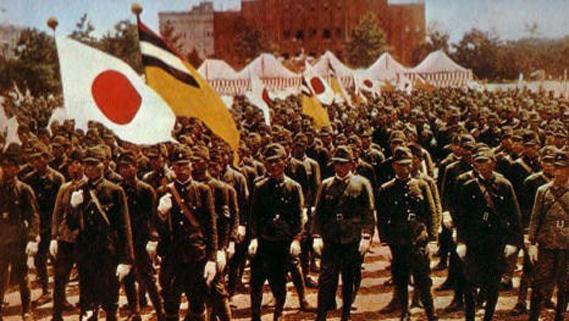 Soldats de l'armée du Japon et du Manchukuo lors d'une parade militaire conjointe