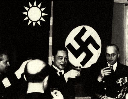 Wang Jingwei recevant des émissaires allemands en 1941 après la reconnaissance de son gouvernement par l'Allemagne nazie.
