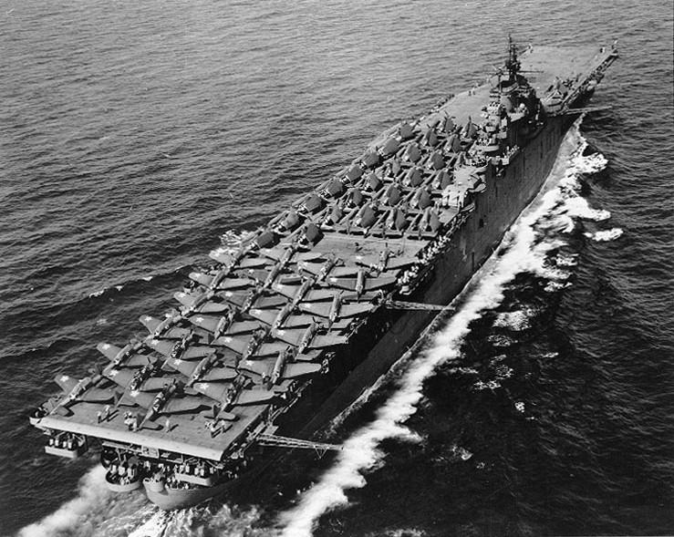 """L'USS Essex à la mer en mai 1943, avec sur le pont d'envol, 24 """"Dauntlless, 11 Hellcats et 18 Avengers"""