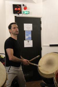 Tulga Yesilaltay lors d'une répétition de taiko