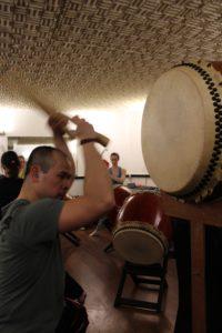 Nhat Huy, un membre de Paris Taiko Ensemble lors d'une répétition