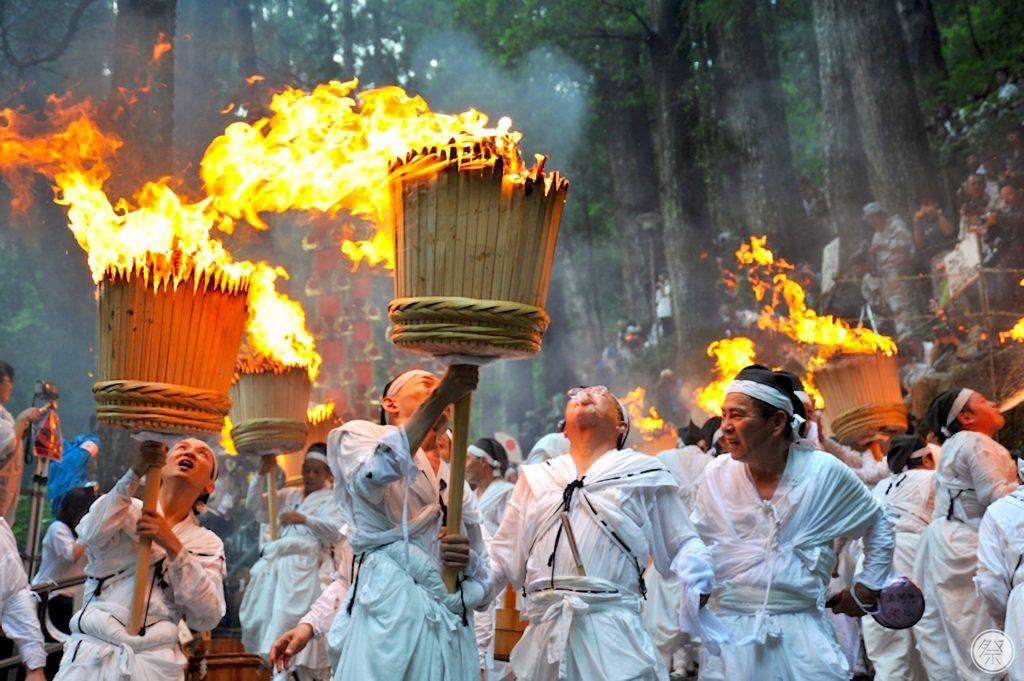Les porteurs de torches entrent dans une sorte de transe, qui émane tout au long de ce rituel religieux.