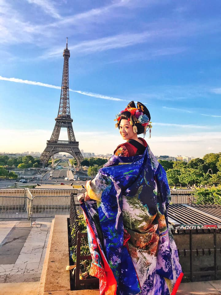 La courtisane Mifumi AOI de KOOYA avec la Tour Eiffel