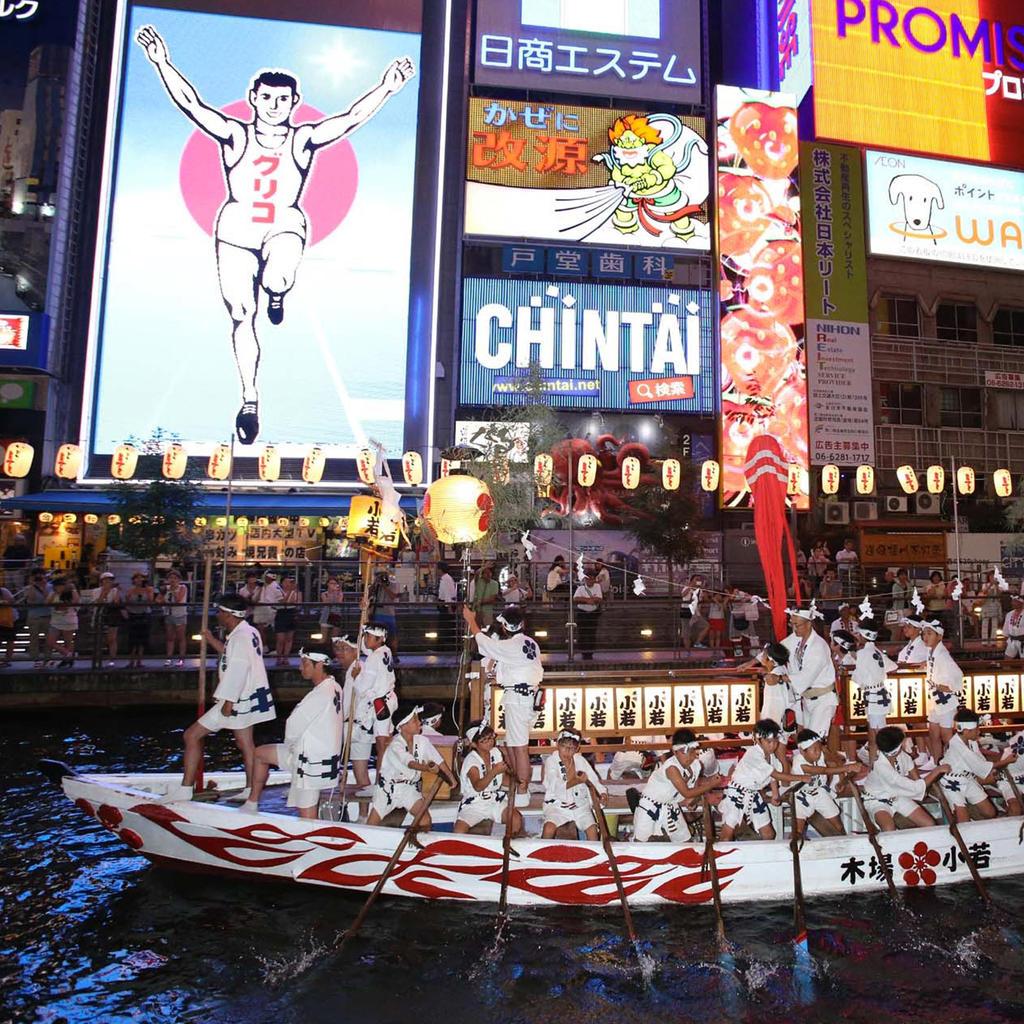 Les bateaux passent par les quartiers les plus connus d'Osaka.