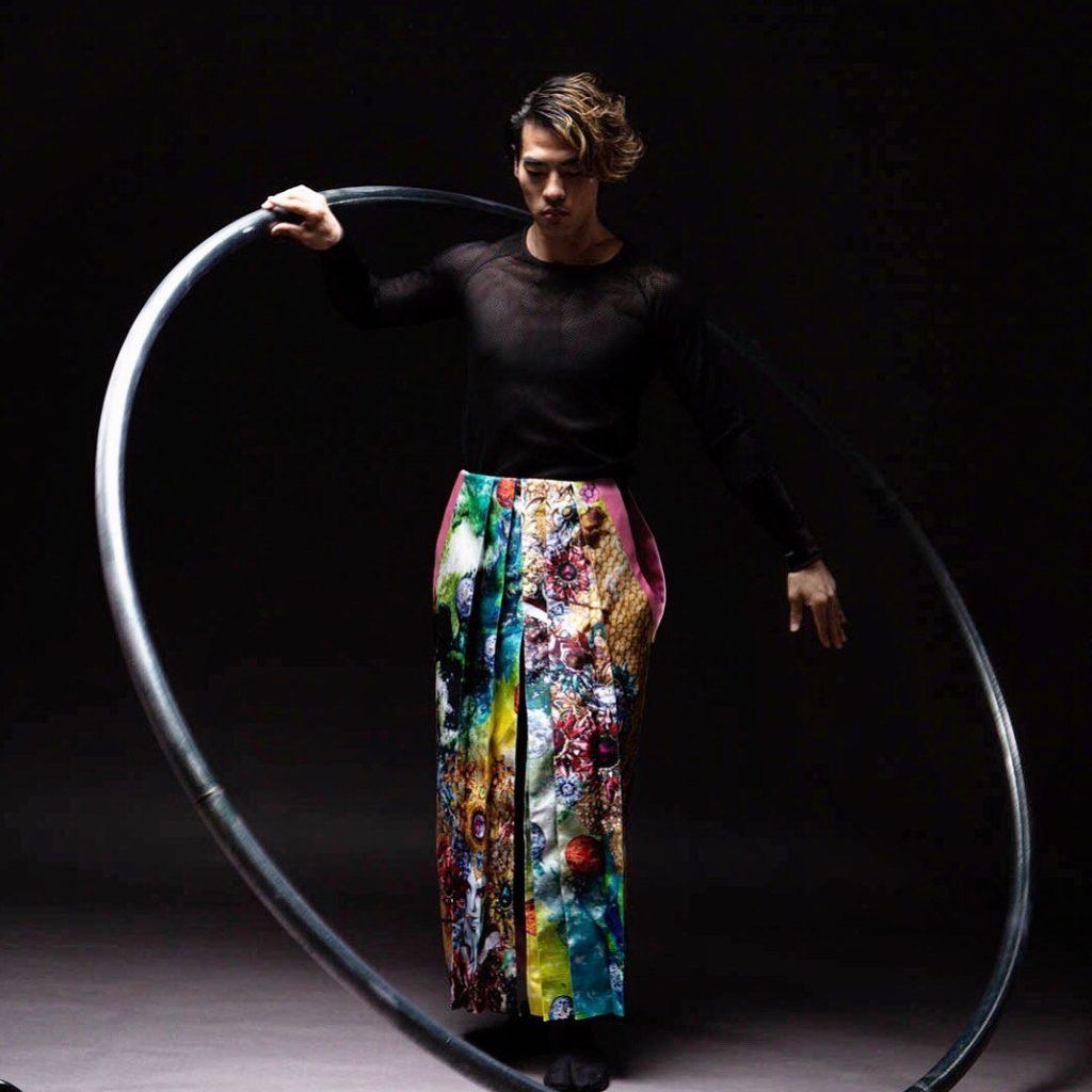 Shadai Wakuta à la roue Cyr de la troupe KOOYA