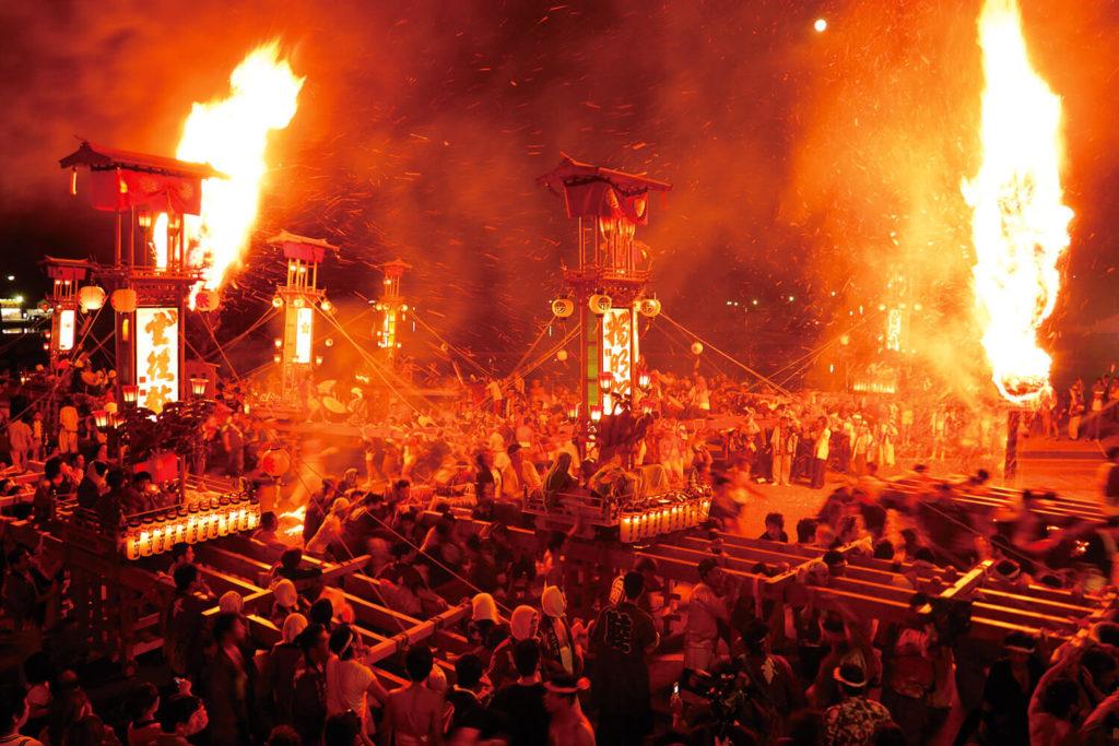 La violence du feu, donne à cet événement une atmosphère mystique.