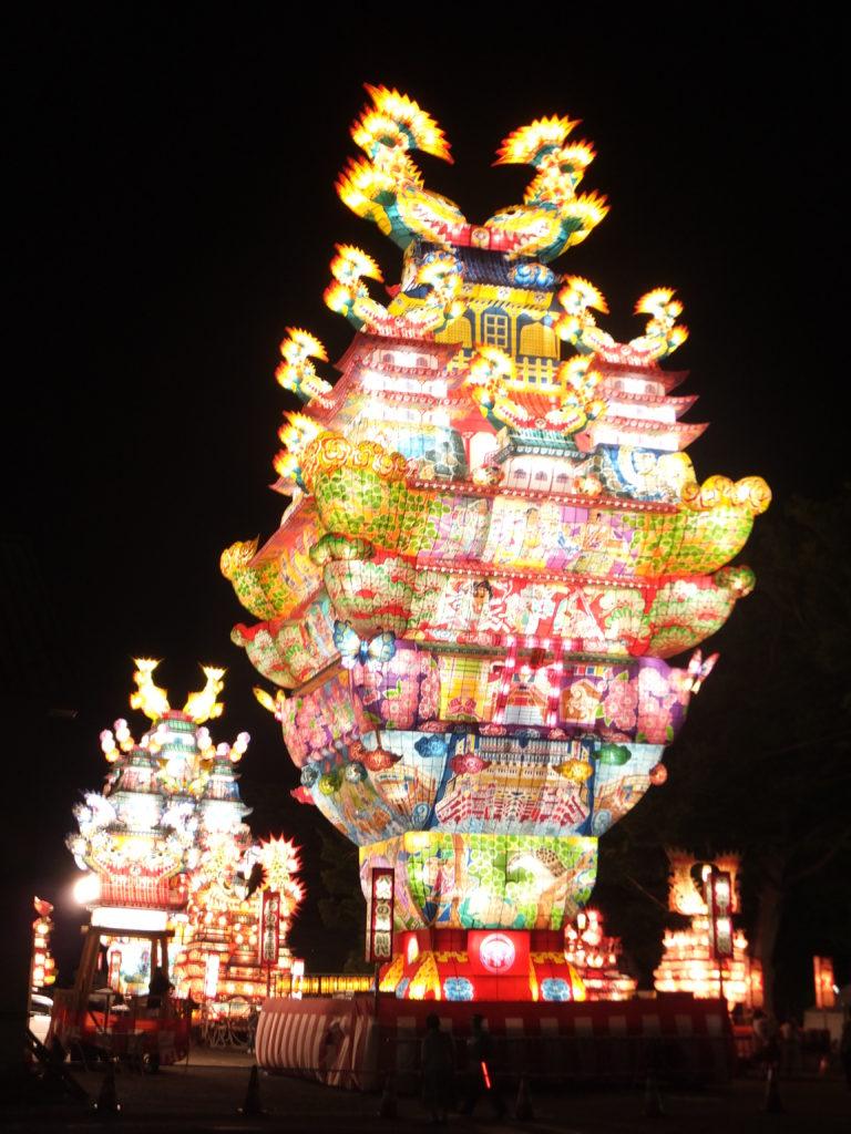 En plus d'être élevés, les chars sont également illuminés comme de véritables lanternes - photo de 掬茶 - CC4 Wikimedia commons