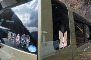 Les personnages de Yuru Camp, sur les vitres d'une voiture au lac Motosu On retrouve Yuru camp jusque dans les temple de la région ©Pascal VOGLIMACCI