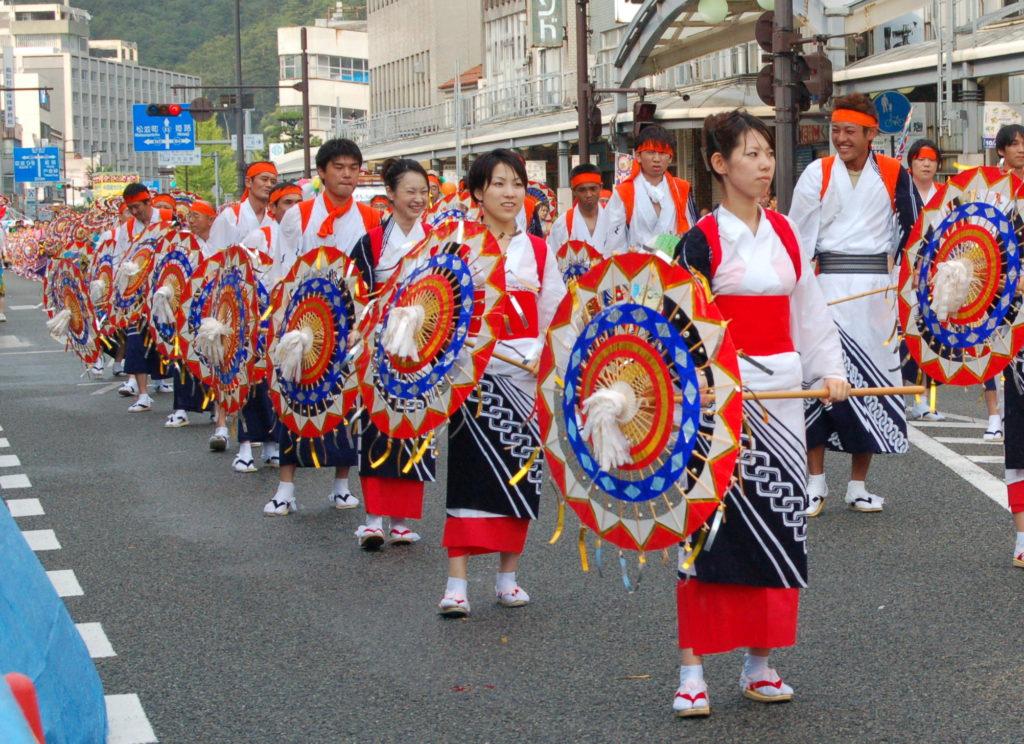 Kasa odori Parade - Photo de J. Cardona - Wikimedia commons CC0