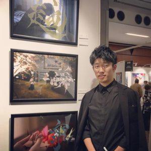 Junpei Hagihara avec ses oeuvres Koeru (Pour vivre), Shun (La mort) et Nei (La paix) au Salon Art Shopping