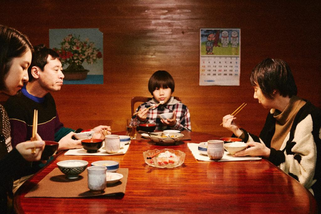 Les repas, moments en famille pour Yura ©Eurozoom
