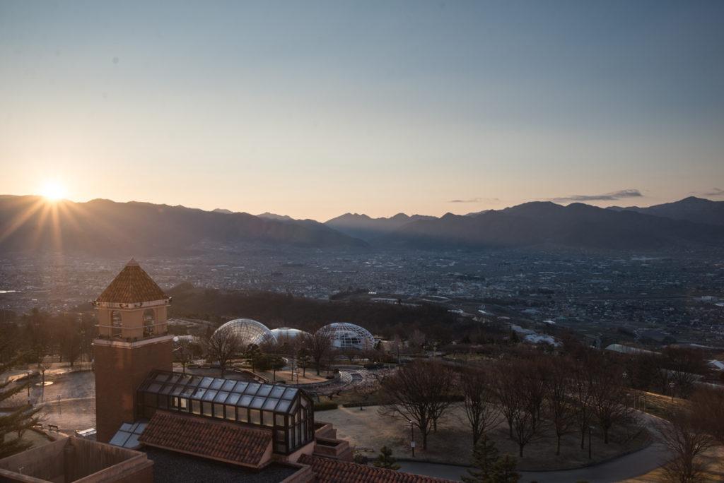 Le soleil se lève sur Yamanashi et les dômes du Fruit Park.