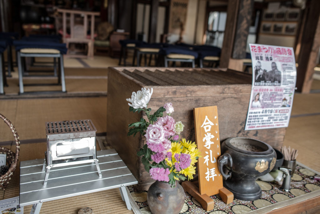 Au Jokoin, à côté de l'autel classique, un autre improvisé à partir d'un barbecue portatif, référence à la série. Crédits photo : Pascal Voglimacci ©journaldujapon.com – Tous droits réservés.