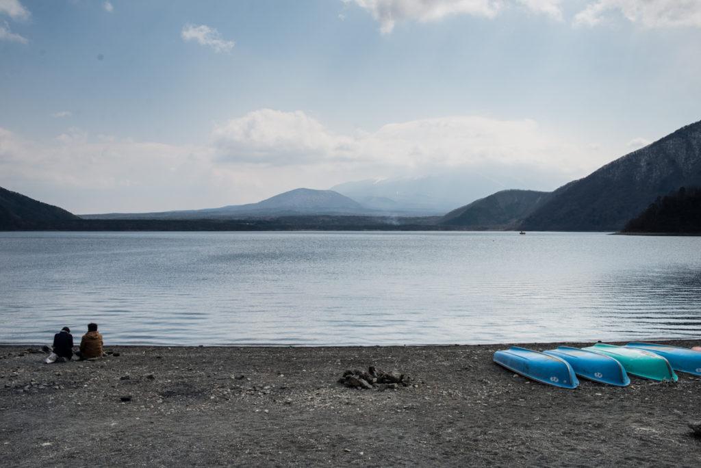 Le lac Motosu et ses canoës. Crédits photo : Pascal Voglimacci ©journaldujapon.com – Tous droits réservés.