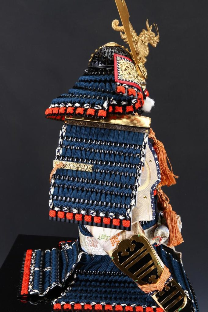 Poupée Armure Samouraï - Vue du côté droit