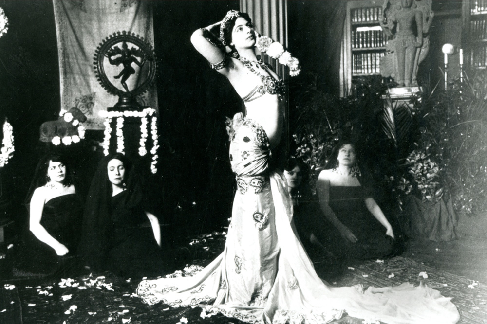 Danses brahmiques de Mata Hari dans la bibliothèque du musée Guimet en 1905