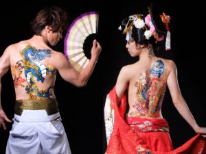 Photo de deux membres de la troupe Kooya