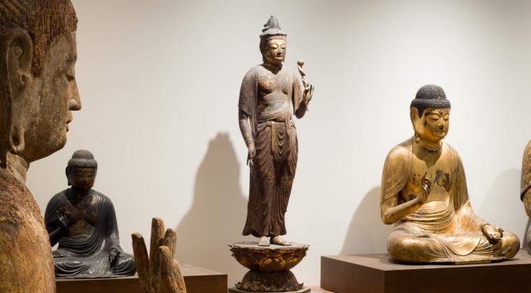 Partie de la collection Japon avec des statues de bouddhisme japonais au musée Guimet