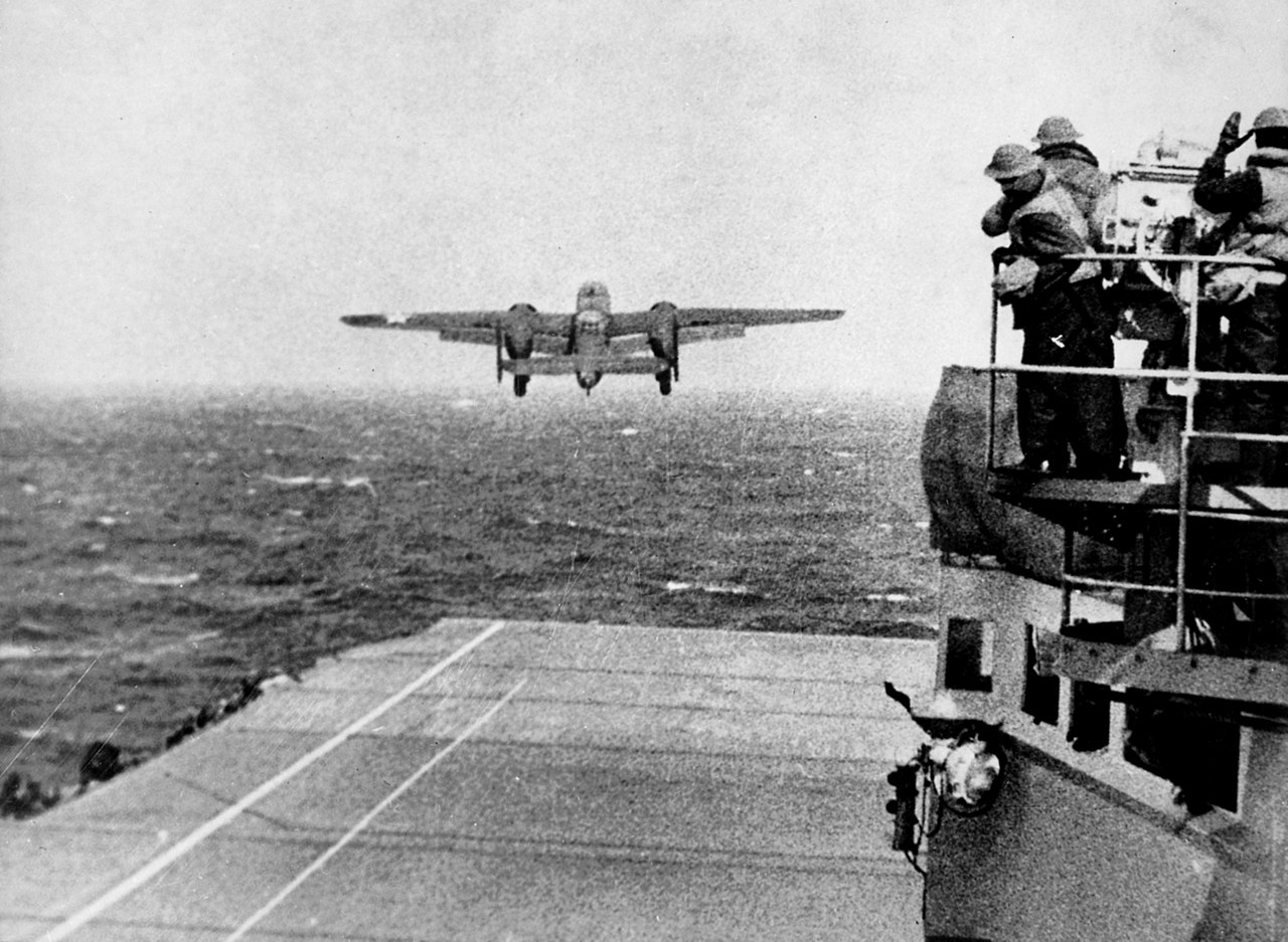 Décollage des B-25 du pont d'envol de l'USS Hornet