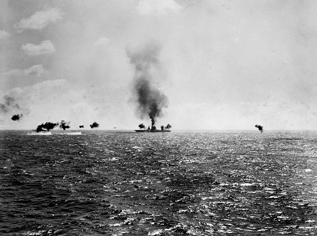 L'USS Lexington en feu après avoir été touché par plusieurs torpilles japonaises