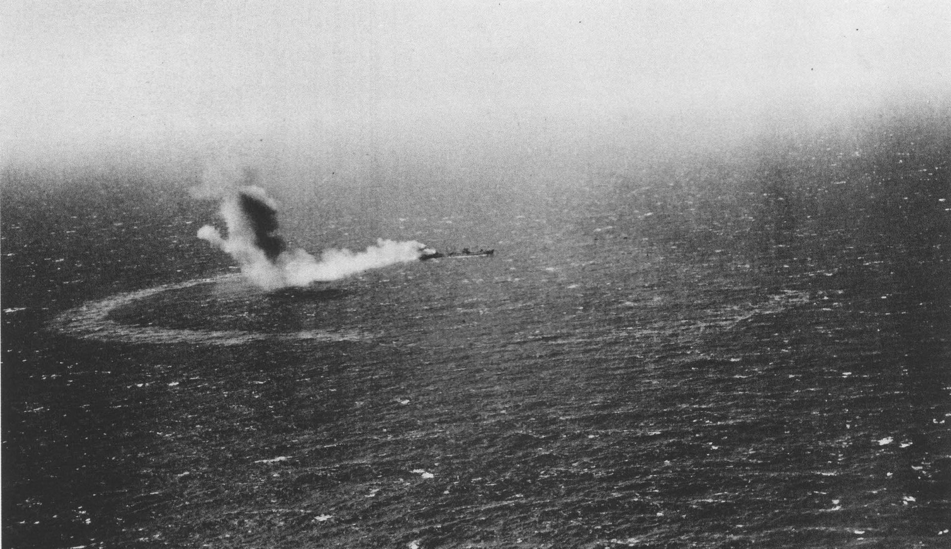 L'USS Neosho en feu qui coule lentement à la suite de l'attaque japonaise
