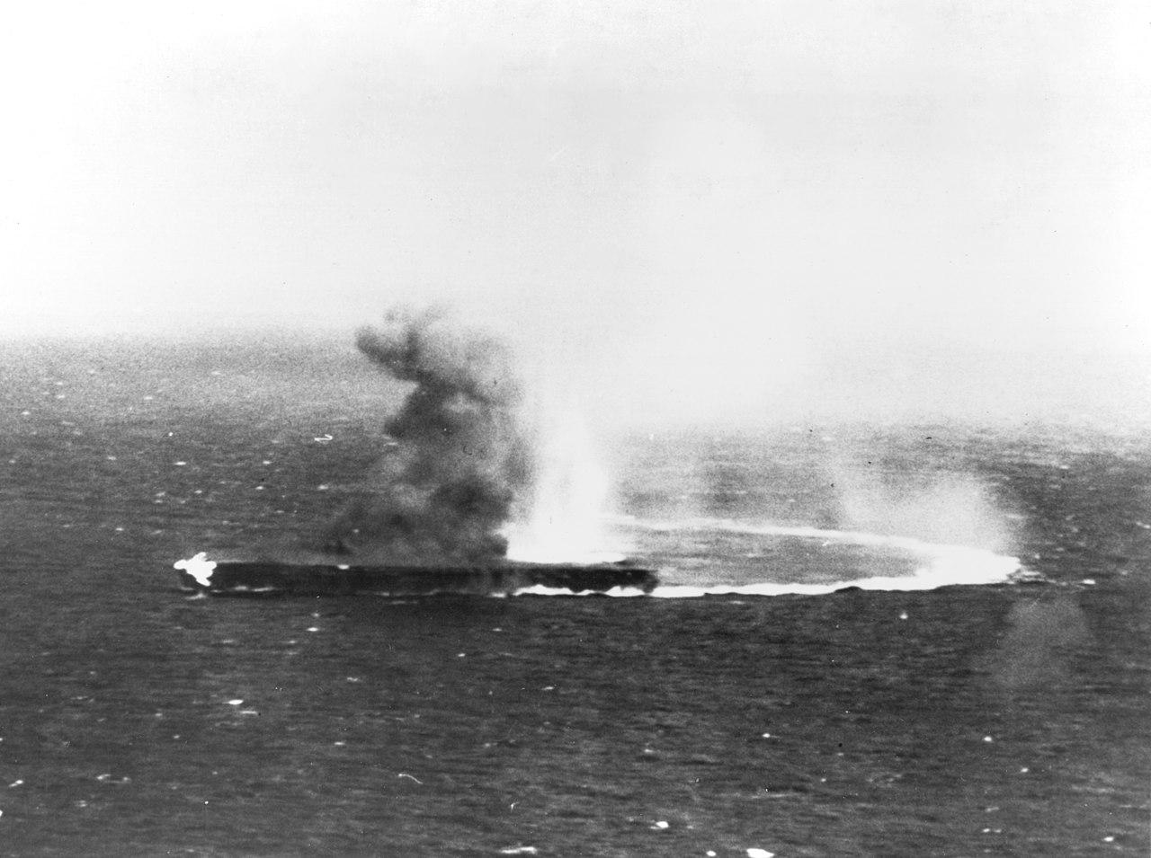 Le porte-avions Shōkaku en feu photographié depuis un appareil américain