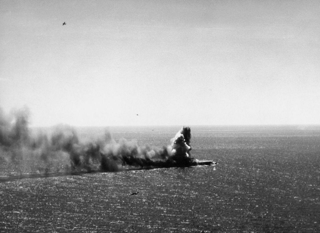 Le porte-avions léger japonais Shōhō bombardé et torpillé par des appareils américains