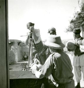 Photographie de Marie Hackin filmant son mari Joseph à Begram (Afghanistan) en 1937