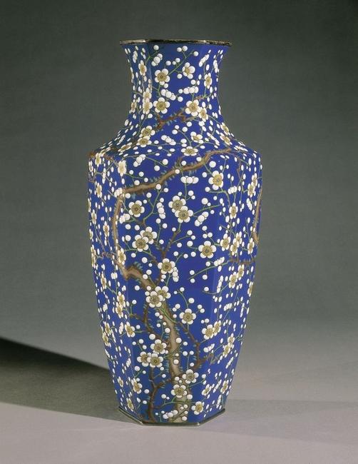 Vase bleu à décor de fleurs de pruniers de Kawade Shibatarô