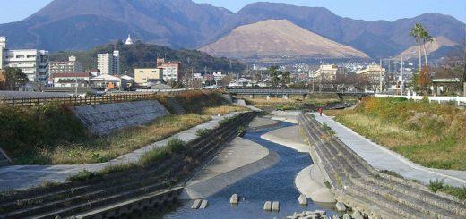 Entourée de montagne et de la mer, Beppu bénéficie d'une situation géographique idéale pour les sources chaudes. Crédits : Wikipédia @Miya.m