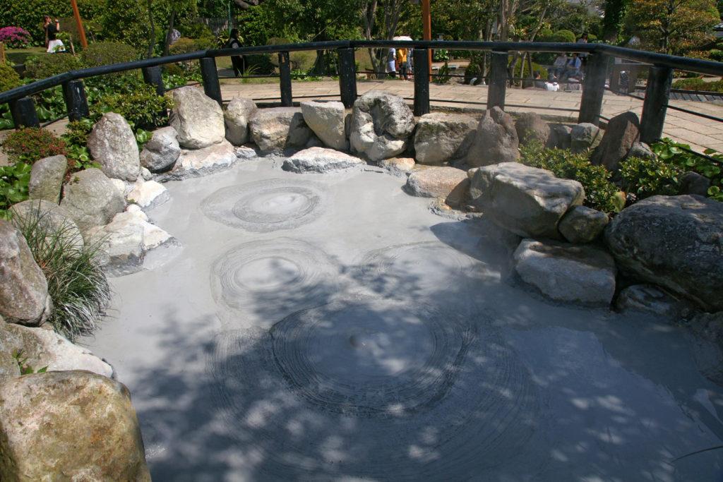 Envie d'un bain de boue ? Le Hoyoland Onsen propose cette expérience unique ! Crédits : Wikipédia Commons @663highland