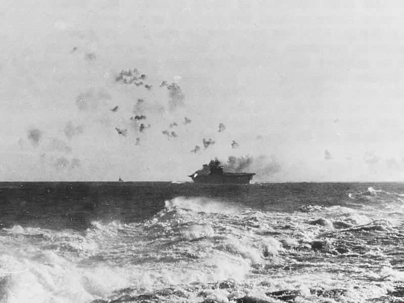 Attaque aérienne contre le porte-avion Enterprise au cours de la bataille des Salomon orientales.
