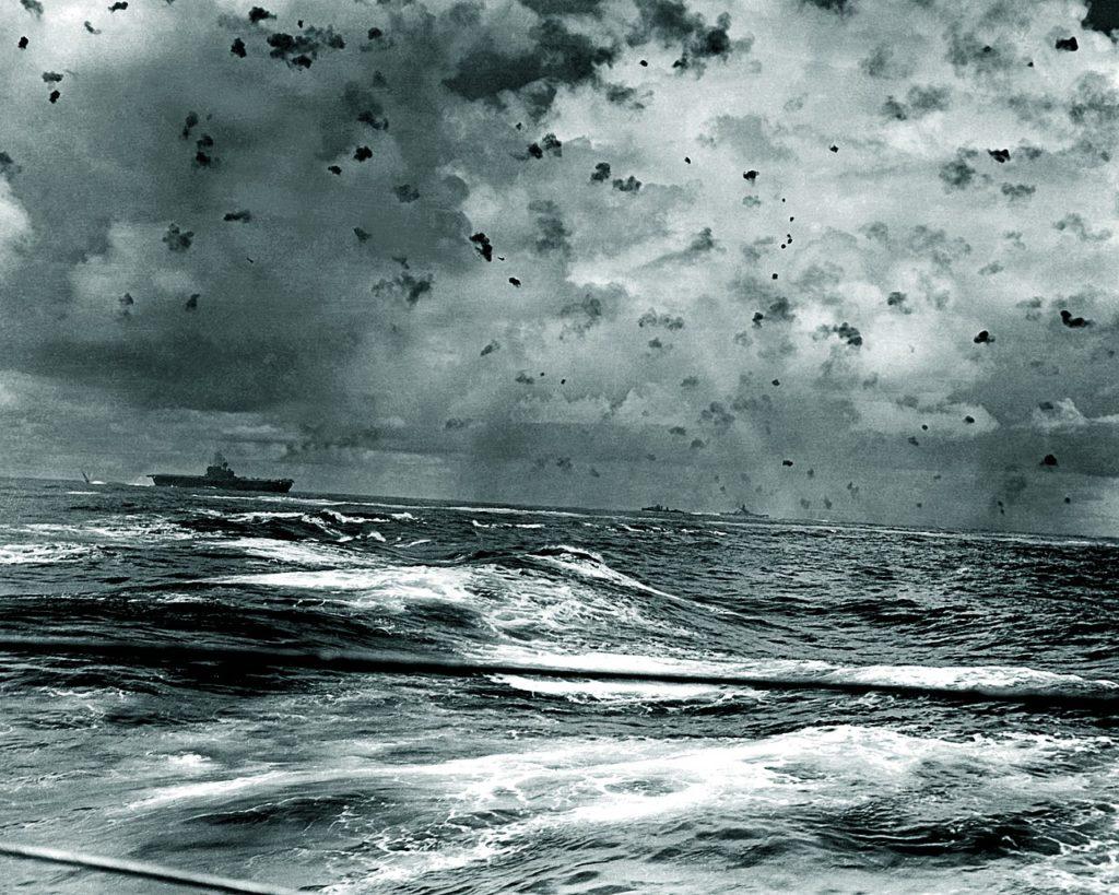 Explosions des obus anti-aériens au-dessus de l'USS Enterprise (centre gauche) et de ses navires de soutien le 26 octobre 1942.