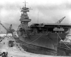 L'USS Yorktown en cale sèche à Pearl Harbor en mai 1942, peu avant son départ pour Midway.