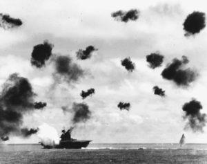 L'USS Yorktown touché par une torpille japonaise lancée par un Nakajima B5N