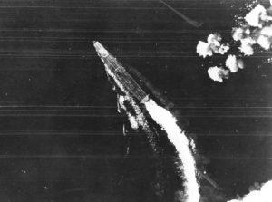 Le Hiryu manœuvre pour éviter les bombes des B-17 américains. Aucune ne fera mouche.