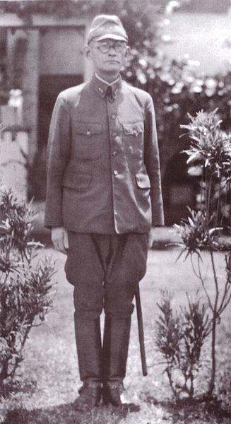 Le Lieutenant Général Harukichi Hyakutake devant son QG de Rabaul, probablement en 1942.