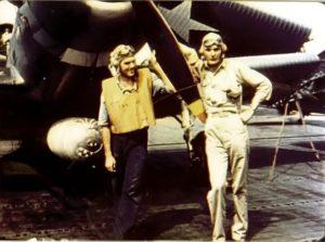 L'enseigne de vaisseau George Gay (à droite), seul survivant du VT-8, devant son avion un TBD Devastator, le 4 juin 1942