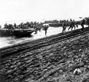 Marines débarquant sur les plages de Guadalcanal le 7 août 1942.
