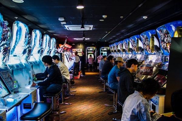 Des gamers concentrés à Akihabara