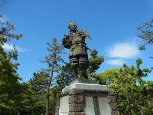 Statue de Nobunaga Oda dans le parc du château de Kiyosu (Wikimedia Commons)