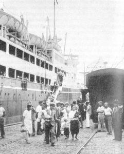 Débarquement d'un groupe de Japonais au port de Santos en 1937 ou 1938